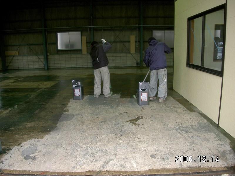 下塗り材を塗布し仕上げ塗料の密着を高めます。