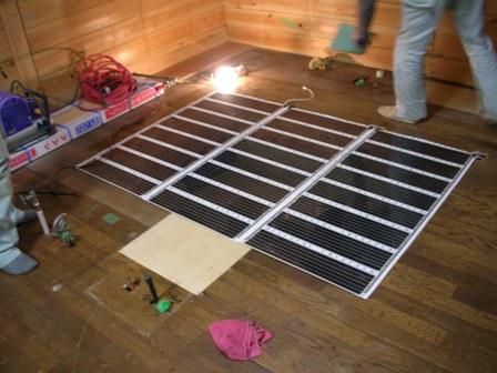 床暖房のパネルを敷きました。