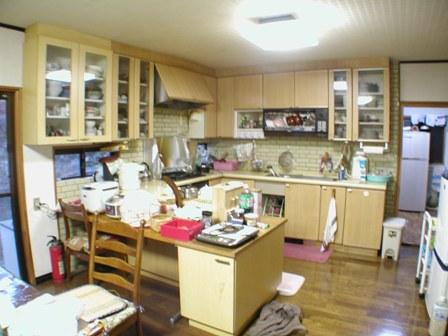 既設キッチンは、食卓に背を向けるタイプでした。