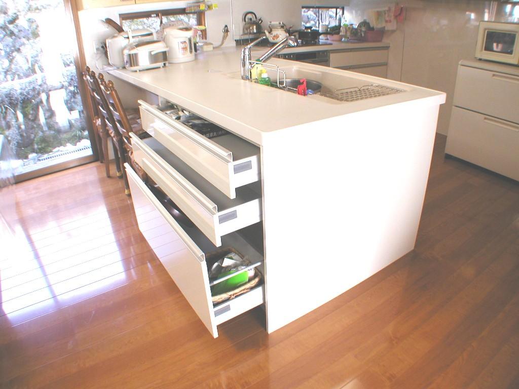 キッチンの組立作業中です。